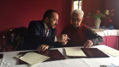 Firma hoy del convenio para organizar el próximo encuentro de casas regionales en Vinuesa./Dip