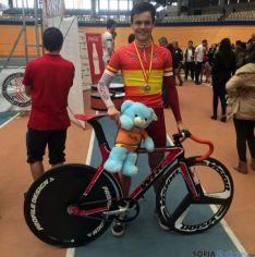 El ciclista, con su medalla.