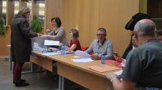 Una de las mesas electorales en la Delegación Territorial en Soria. / SN