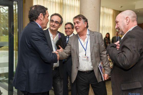 Saez Aguado saluda al presidente de Sedap.