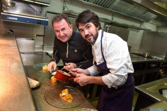 Óscar García, en su cocina con Martín Berasategui.