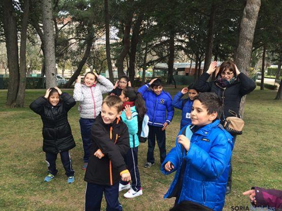 Los niños, en una de las pruebas de la Gymkana.