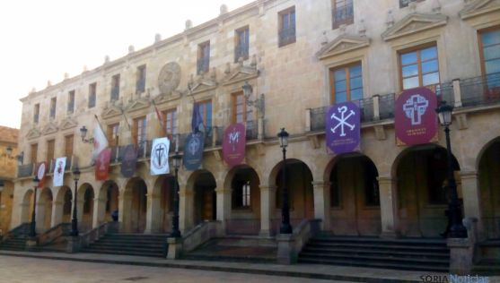 Los estandartes de las cofradías sorianas en la fachada del consistorio. / SN