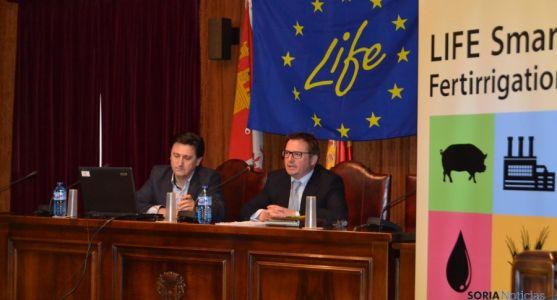 Responsables del proyecto en el salón de plenos de Almazán.