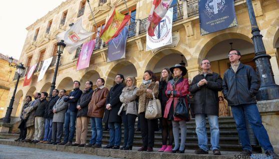 Representantes políticos a las puertas del Ayuntamiento este miércoles. / Ana Isla