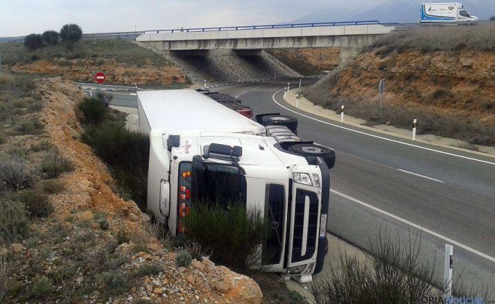 El camión en la rotonda tras el accidente. / SN