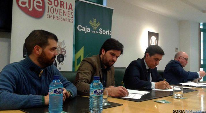Jesús Esteras, (izda.)  y Jesús Mateo, de AJE, y Carlos Martínez Izquierdo y Domingo Barca, de Caja Rural. / SN