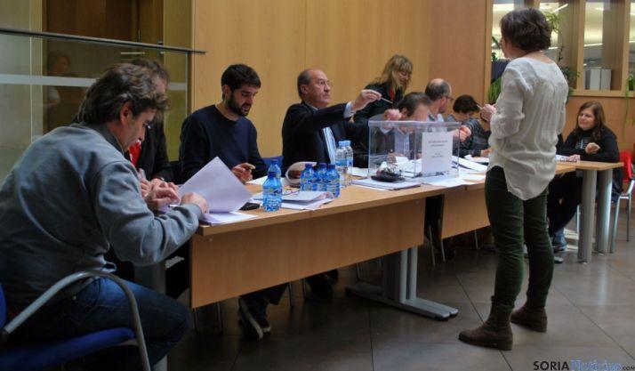 Una de las mesas electorales en 'La Colmena'./SN
