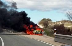 Las llamas devorando el vehículo./SN