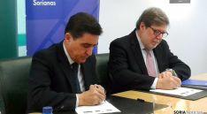 Carlos Martínez Izquierdo y Santiago Aparicio (dcha.) este jueves en la Caja Rural. / SN