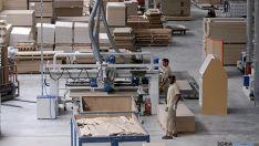 Empleados en la factoría de Norma, en San Leonardo de Yagüe. / SN