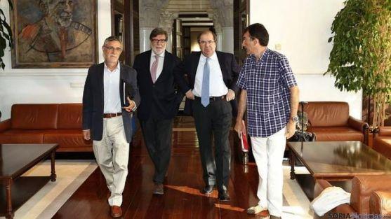 Representantes de CECALE y sindicatos, con Herrera.