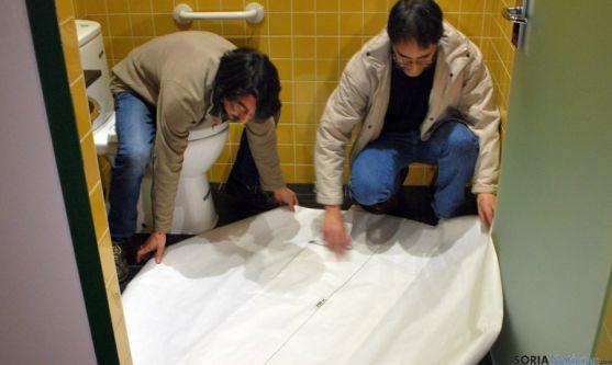 Romero (izda.) y Calvo demuestran el radio de giro en el baño de minusválidos. / SN