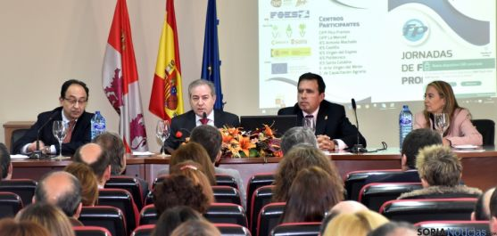 Agustín Sigüenza (2º izda.) en las Jornadas de difusión de Formación Profesional. / Jta.