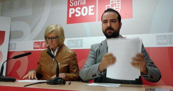 María Irigoyen y Ángel Hernández, este lunes en la sede del PSOE. / SN