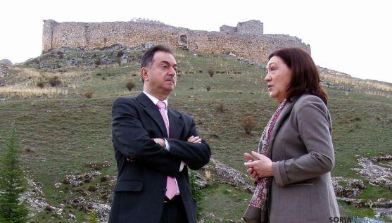 El alcalde, Jesús Alonso y la subdelegada del Gobierno, María José Heredia, bajo el castillo.