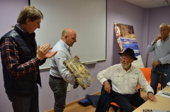 El escritor francés ha recibido un cuadro del club deportivo El Campano Soriano