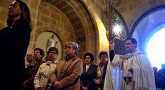 El vicario general de Osma-Soria bendice al templo y a los fieles en la reapertura. / SN