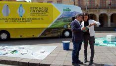 Clara Fernández, de Ecoembes, y el concejal de Medio Ambiente Javier Antón. / Ayto.