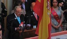 Emiliano Revilla en el balcón del consistorio agredeño este miércoles. / SN