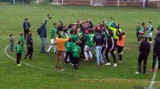 Los jugadores en el centro del campo tras lograr el ascenso. / M-audiovisuales