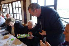Tomás Leal recoge un obsequio del administrador diocesano