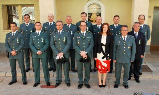 Los guardias civiles condecorados este jueves con el teniente coronel y la subdelegada del Gobierno. / SN
