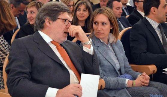Santiago Aparicio con la gerente de Empleo de la Junta, Rocío Lucas. / SN