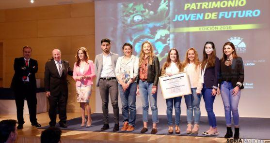 Alumnos y profesores en la entrega del premio.