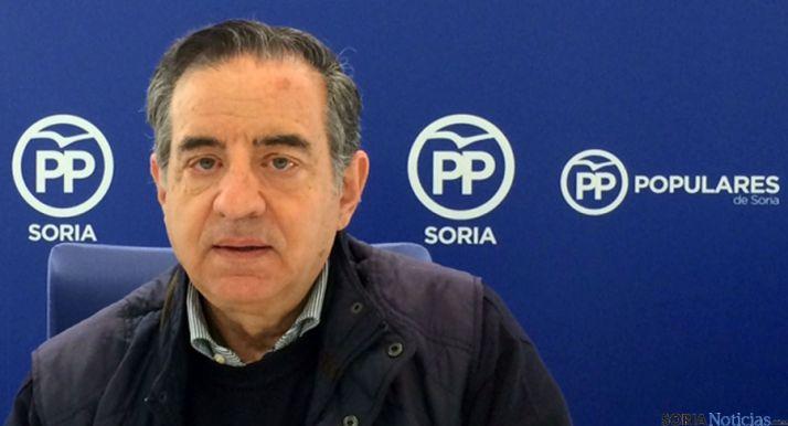 El concejal del PP, Rafael Sanz, explica los detalles de la sentencia del TSJ.