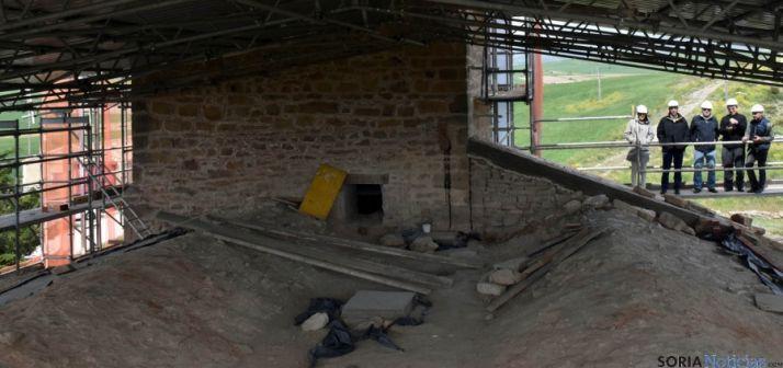 Imagen de las obras en el templo donde se aprecian las dos crestas de los tejados. / Jta