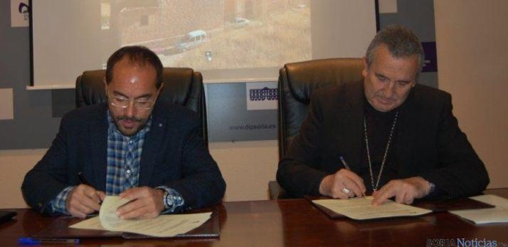 Firma convenio reparación iglesias.