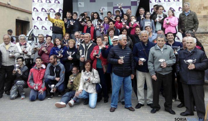 Participantes con sus trofeos./Dip