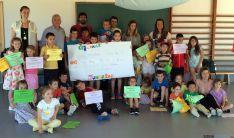 Alumnos de Almarza con el donativo.