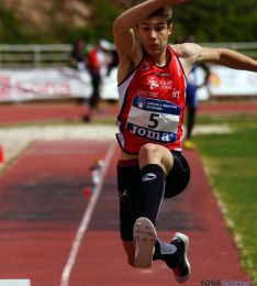 Edmundo González en un salto.