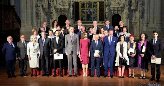 Imagen de familia de los premiados, con los Reyes en el centro./Jta.