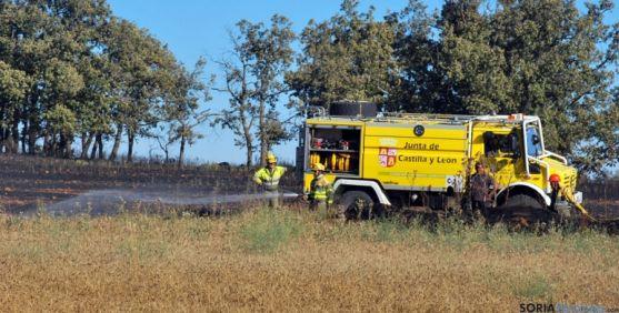 Operarios de Medio Ambiente en un incendio forestal./SN
