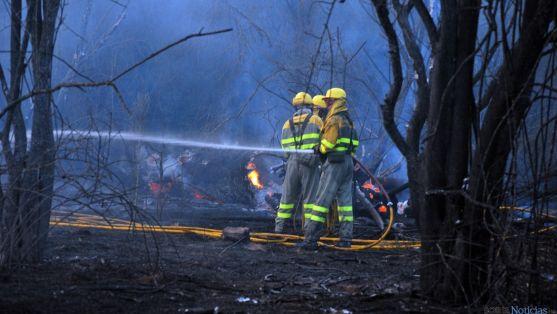 Operarios en un fuego forestal en Soria. / SN