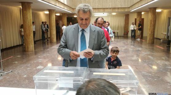 Jesús Posada votando en el Ayuntamiento. SN