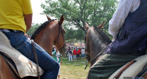 Dos caballos y sus jinetes en una edición de La Saca. / SN