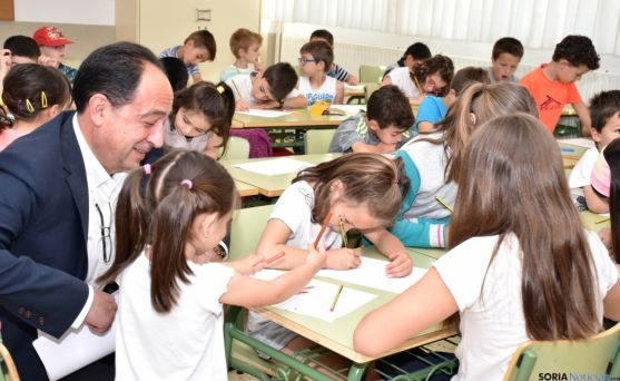 Lopez comparte con los pequeños el trabajo que realizan. /Junta