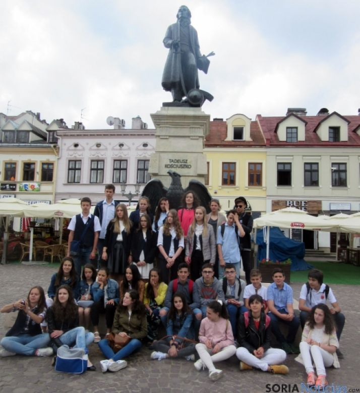 Los sorianos con sus compañeros en la plaza Mayor de la ciudad./CR