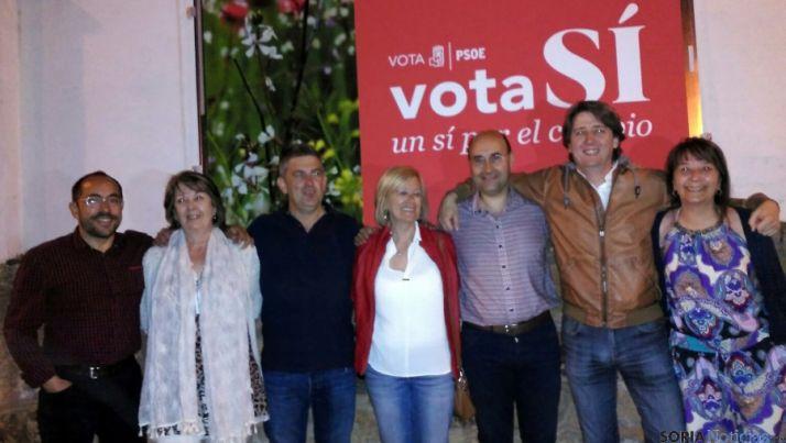 Los candidatos del PSOE esta noche en la pegada de carteles.