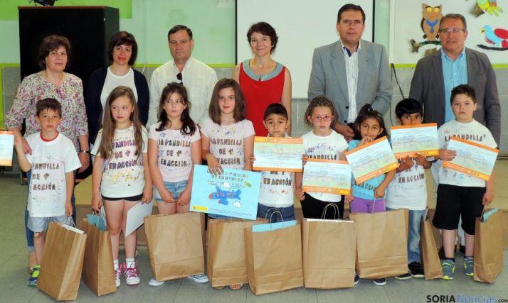 Representantes de Junta y MAGRAMA con ganadores y su profesora./Jta.