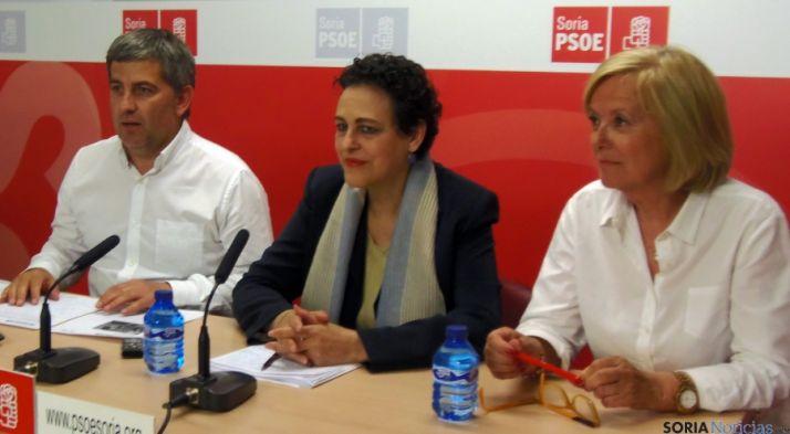 Magdalena Valerio, entre Javier Antón y María Irigoyen este martes.