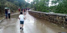 Un niño en el camino a San Saturio después del fuerte aguacero. / SN