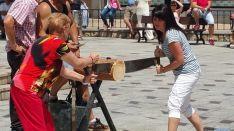 Corte de troncos con sierra manual en San Leonardo