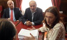 La subdelegada se dirige al alcalde de Torrubia en presencia de Gaya (izda.) y de Aranda. / SN