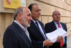 Aranda, (izda.), Martínez y Gaya antes de presentar las firmas./SN