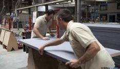 Dos trabajadores en una empresa de la provincia. / SN